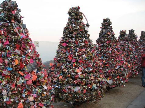 1024px-Love_padlock_trees_N_Seoul_Tower